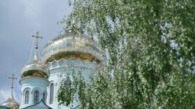 国家反对蓝天和白色云彩的教会尖顶 影视素材