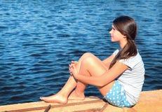 国家夏天湖背景的少年美丽的女孩 免版税库存照片
