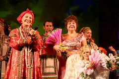 国家戏院俄国歌曲、民间俄国歌曲全国歌手nadezhda babkina和代理s的演员 nesterova 免版税库存照片
