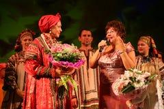 国家戏院俄国歌曲、民间俄国歌曲全国歌手nadezhda babkina和代理s的演员 nesterova 图库摄影