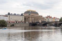 国家戏院在布拉格和伏尔塔瓦河河 图库摄影