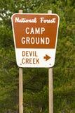 国家森林标志恶魔小河营地 库存照片