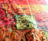 国家的怀俄明,美国集中宏观射击于旅行博克、社会媒介、网横幅和背景的地球地图 库存照片