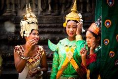 国家礼服姿势的柬埔寨人在吴哥窟 免版税库存照片