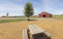 国家谷仓和野餐长凳 免版税库存照片