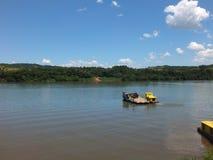 国家边界,在巴西的南部 横渡乌拉圭河 免版税图库摄影