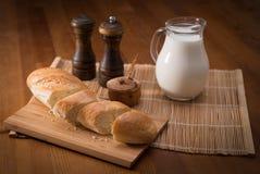 国家静物画、白面包、牛奶罐和香料 库存照片
