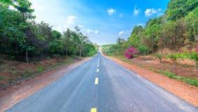 国家高速公路在城市的郊区 免版税库存照片