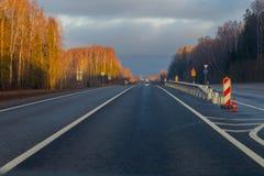 国家高速公路,新近地被修理的,晴朗的秋天天 库存照片