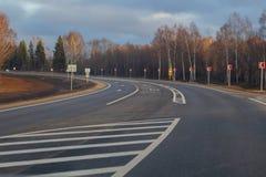 国家高速公路,新近地被修理的,晴朗的秋天天 免版税库存图片
