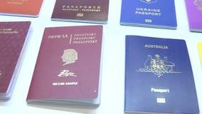 国家(地区)不同英语四法语-意大利语语言护照护照西班牙语字 股票视频