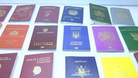 国家(地区)不同英语四法语-意大利语语言护照护照西班牙语字 股票录像