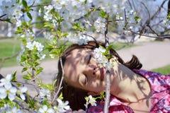 国家(地区)女孩嗅到的花 图库摄影