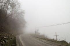 国家(地区)有雾的路 当它导致表面上无处,雾创造空虚感受  Ilisu,加赫,阿塞拜疆 库存照片