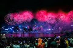 国庆节烟花显示烟花照亮香港维多利亚港口  库存图片