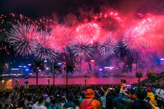 国庆节烟花显示烟花照亮香港维多利亚港口  免版税库存图片