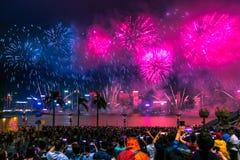 国庆节烟花显示烟花照亮香港维多利亚港口  免版税图库摄影
