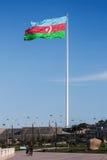 国旗正方形是一个大城市摆出攻击架式Neftchiler大道在巴库 测量70的旗子由在杆的35米飞行162 m 图库摄影