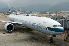 国泰波音777-300在香港机场 图库摄影