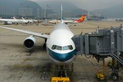 国泰波音777-300在香港机场 免版税库存照片