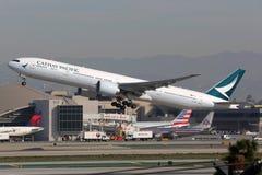 国泰波音777-300飞机 免版税库存图片