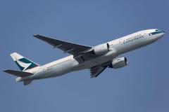 国泰波音777-200 免版税库存照片