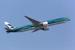 国泰波音777-300ER专辑号衣 免版税库存图片