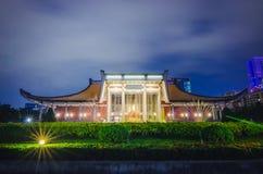 国父纪念馆夜视图由河沿和许多游人台阶的,台北地标的  免版税库存照片