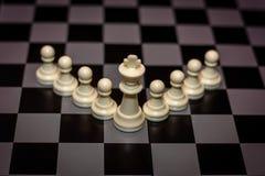 国王在领导前面,管理的典当概念的棋子立场 库存图片