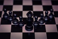国王在领导前面,管理的典当概念的棋子立场 免版税库存照片