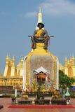 国王在Pha前面的晁Anouvong的雕象的外部Luang stupa在万象,老挝 免版税图库摄影
