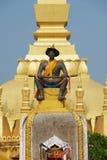 国王在Pha前面的晁Anouvong的雕象Luang stupa在万象,老挝 库存图片
