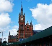 国王的发怒圣Pancras管和火车站时钟在伦敦,英国 免版税图库摄影