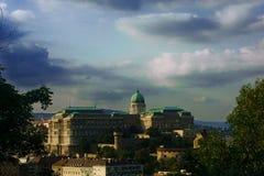 国王的宫殿在布达佩斯布达城堡、圣马赛厄斯和渔夫的本营 免版税图库摄影
