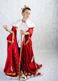 国王的服装的男孩 免版税图库摄影