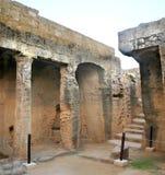 国王的盾立场searchaeological站点坟茔Cyprusa危险警告Pafos共和国的在夏天挥动 图库摄影