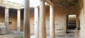 国王的盾立场searchaeological站点坟茔Cyprusa危险警告Pafos共和国的在夏天挥动 免版税库存照片