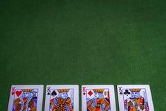 国王纸牌全套在绿色的感觉背景 免版税库存图片