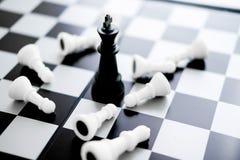 国王被封死-在概念的下棋比赛 库存照片