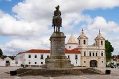 国王雕象面对教会和修道院的马的 免版税图库摄影