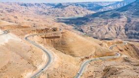 国王高速公路看法在山的在Al Mujib水坝附近 库存图片
