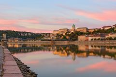 国王` s宫殿在布达佩斯在镇静水中反射了 库存图片