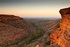 从国王` s峡谷,澳大利亚上面的黎明前光  免版税库存照片