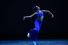戴国籍女孩这全国民间舞 免版税图库摄影