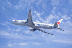 国航波音777-300, B-2037在天空中,北京,中国 图库摄影