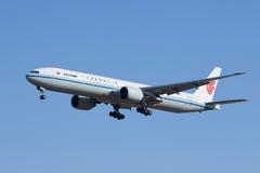 国航B-2089,波音777-300着陆在北京,中国 免版税库存照片