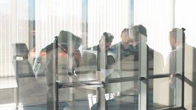 国际会议在有玻璃墙的现代办公室helding 影视素材