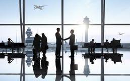 国际商业人在机场 免版税库存图片