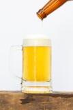 国际啤酒天用倾吐的啤酒到直到前啤酒下落的玻璃里 免版税库存照片