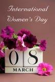 国际妇女的日,日历3月8日, -与消息的垂直 库存照片